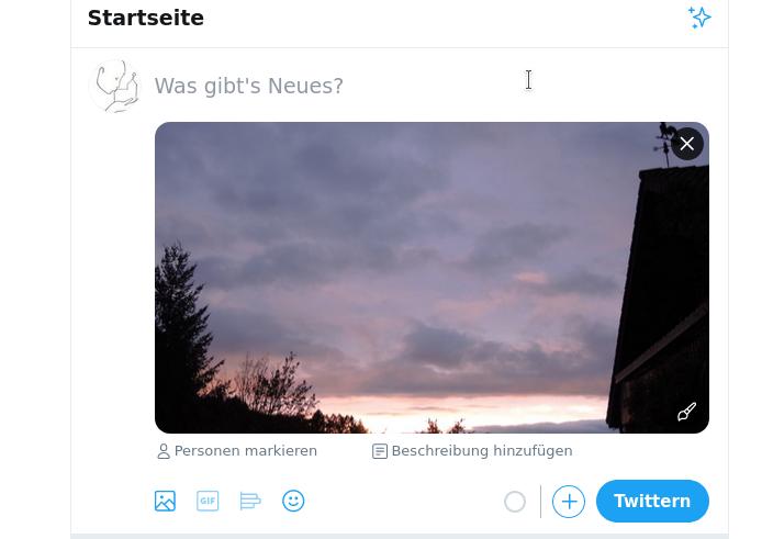 """Das Bildschirmfoto zeigt eines Ausschnitt der Startseite. Accountbild und Text """"Was gibt 's Neues?"""", dort wird der Text für den Tweet eingetragen. Darunter ist ein Bild zu sehen. Unter dem Bild sind zwei Symbole, an dem rechten Symbol steht: """"Bildbeschreibung hinzufügen""""."""